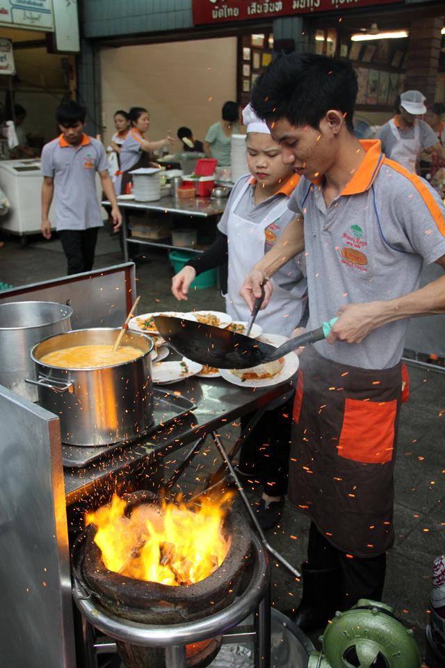 Pad Thai Thip Samai (Pad Thai Pratu Pee) ผัดไทยทิพย์สมัย (ผัดไทยประตูผี)
