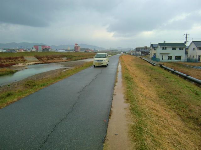 再び川沿いの道