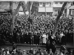 Crèdit foto: Ballell, Frederic/Arxiu Fotogràfic de Barcelona: La manera de saber on havia tocat la Grossa de Nadal a la primera dècada del s. XX era anar a sentir el sorteig a la Rambla.