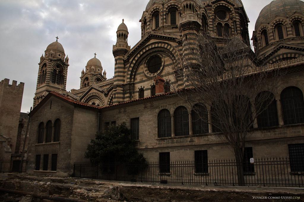Au premier plan, bâtiments attenants à la cathédrale.