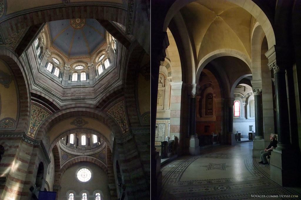 A gauche, la grande coupole vue de l'intérieur. A droite, le déambulatoire.
