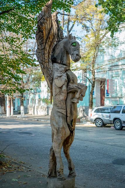 Деревянные скульптуры в Симферополе - пегас