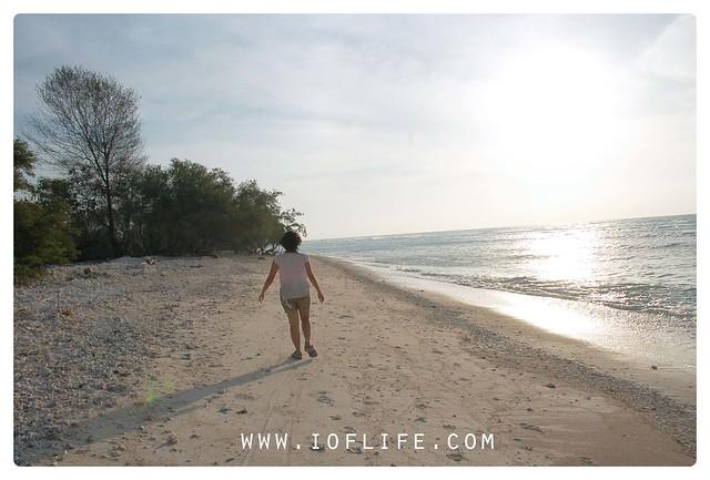 berjalan di pantai