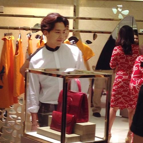 G-Dragon_HarveyNichols-COLOMBO_VIA_DELLA_SPIGA-HongKong-20140806 (50)
