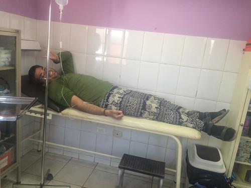 San Pedro de Atacama: tourisme médical ou plutôt désert médical...Poche de réhydratation pour faire descendre la fièvre mais Mister J n'est pas déshydraté ;) Il doit surement avoir une petite infection à l'estomac...