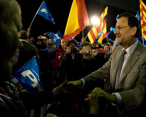 Rajoy saludando a militantes en un acto