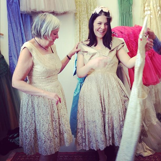 mamma och dotter provar klänningar!