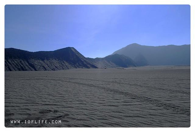 pasir berbisik latar gunung