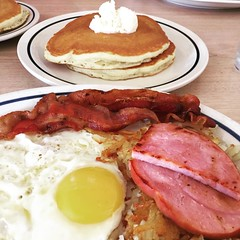 Breakfast sampler with @aldrigeong and @aong09. #ihop #pasyalnikramrevilo2016 #usa2016