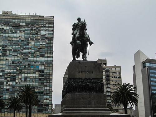 Montevideo: la Plaza de la Independencia et la statue du général Artegas. Au sous-sol, se trouve son Mausolée.