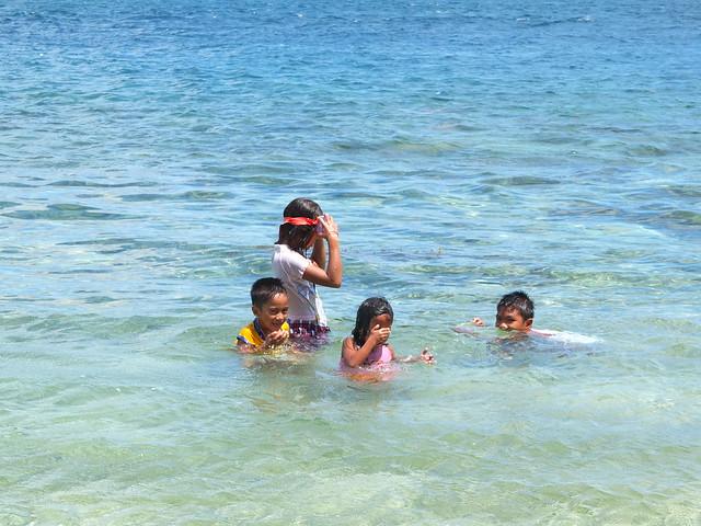 島上的小朋友們從小就這樣在海裡面玩水, 珊瑚礁群是自家的後花園