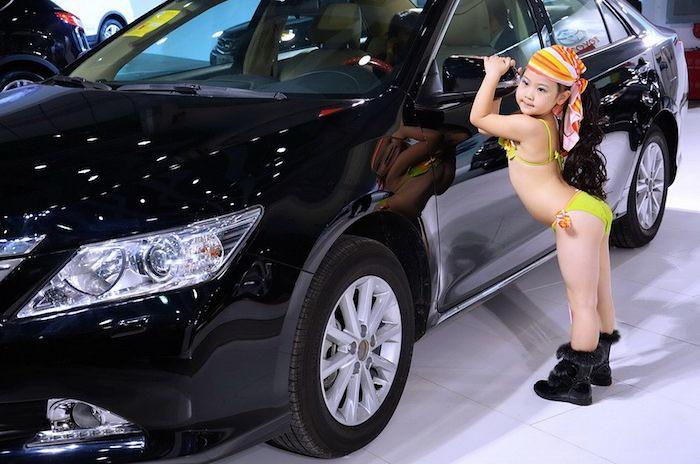 Niñas de cinco años en bikini promocionan automóviles en China