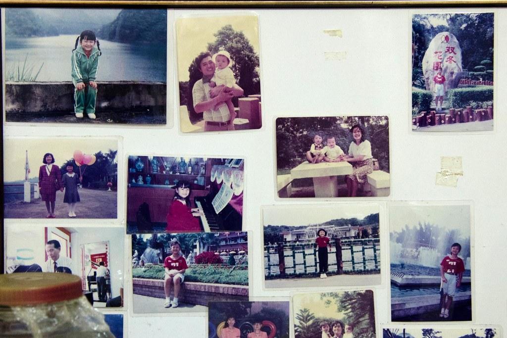 新娘子小時的照片貼在家中告示板上