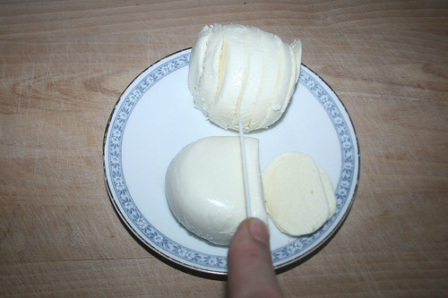 26 - Mozzarelle in Scheiben zerteilen / Cut mozzarella in slices