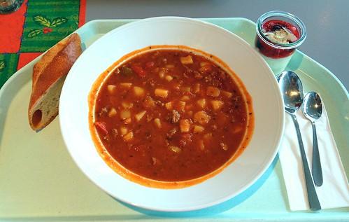 Ungarischer Gulascheintopf mit Baguette / Hungarian goulash stew with baguette