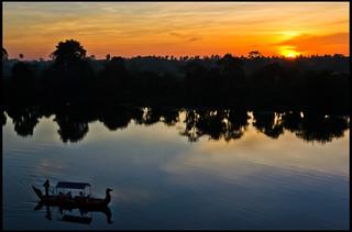 Image of  Prasat Chrung. sunset southwest sol corner temple boat cambodia barco dusk esquina siem reap thom angkor moat puesta siam riep templo foso camboya prasat suroeste chrung