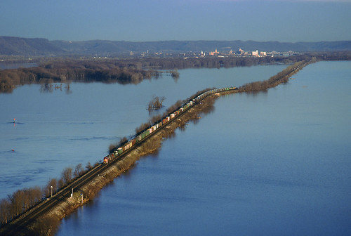 santafe train river mississippiriver winona freight bnsf causeway freighttrain burlingtonnorthern winonaminnesota trempealeauwi manifestfreight