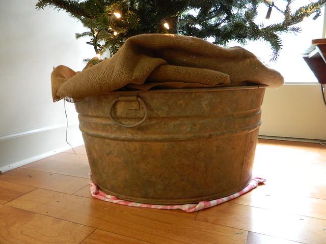 metal bucket as base for christmas tree via homeologymodernvintage.com