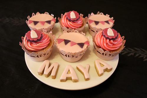Baby shower cupcakes and cookies for Maya 2