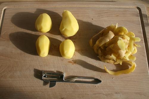 13 - Kartoffeln schälen / Peel potatoes
