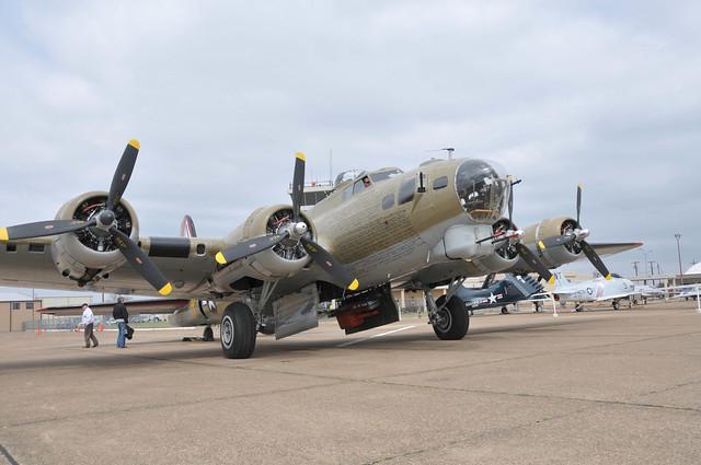 Бомбардировщик B-17 Walk Around