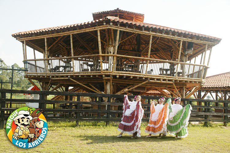 Imagen de unas chapoleras danzando