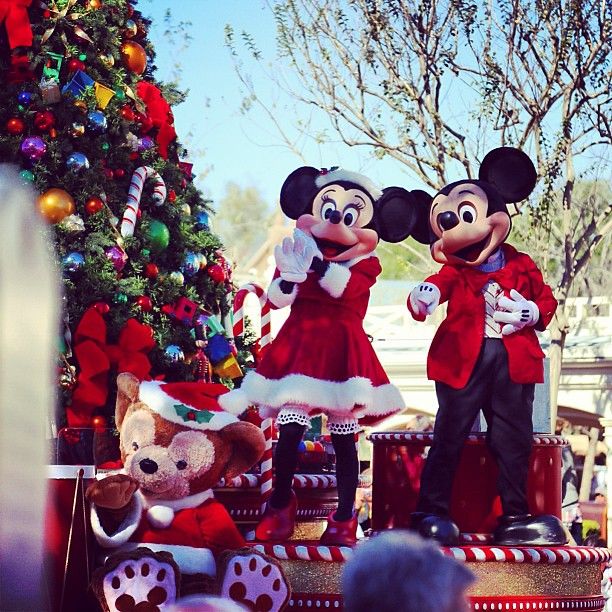 Mickey\'s Once Upon A Christmastime Parade 、ミキミニとダッフィーが同じフロートで登場