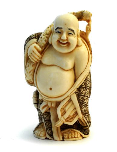 011- Netsuke representando a Buda en marfil de mamut- Wikimedia Commons