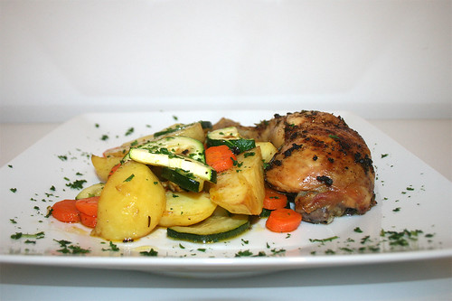 34 - Hähnchenschenkel mit Ofengemüse / Chicken legs with oven vegetables - CloseUp