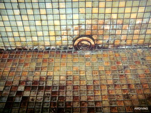 Aanslag op wand en vloer tegels