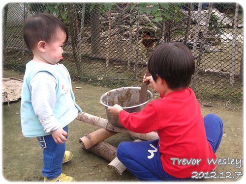 121207-帶著恨意的小兔寶一旁虎視眈眈
