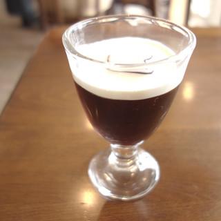1/2アイスコーヒーとコーヒーのセット。まず、小さな甘いアイスコーヒーが供される。