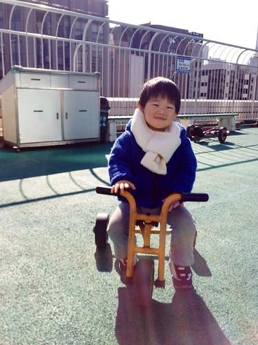 こどもの城で三輪車(補正済み) 2013/1/20