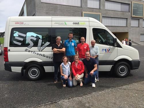 Der neue ESV Vereinsbus mit Sponsoren- und Vereinsvertretern