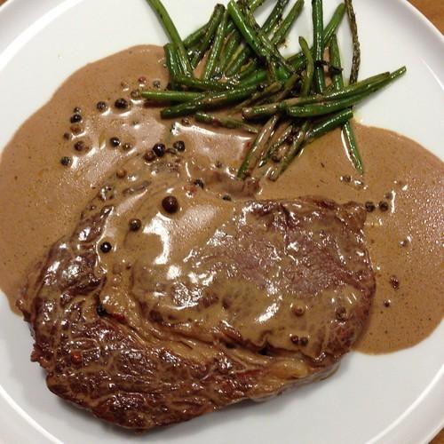 Rib-Eye-Steak Mit Pfeffer-Cognac-Sahne-Sauce Und Grünen Bohnen @ Le Gourmand, Private Home Fine Dining Guten Freunden brät Mann ein Steak! Für gute Freunde kommt ein reelles Stück Fleisch auf den Tisch.