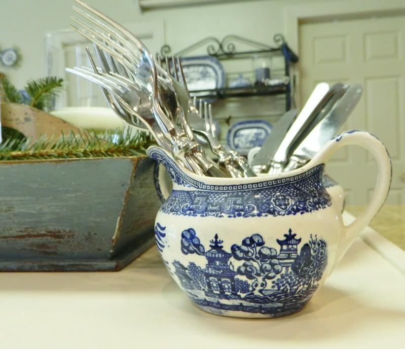blue willow sauce boat via homeologymodernvintage.com