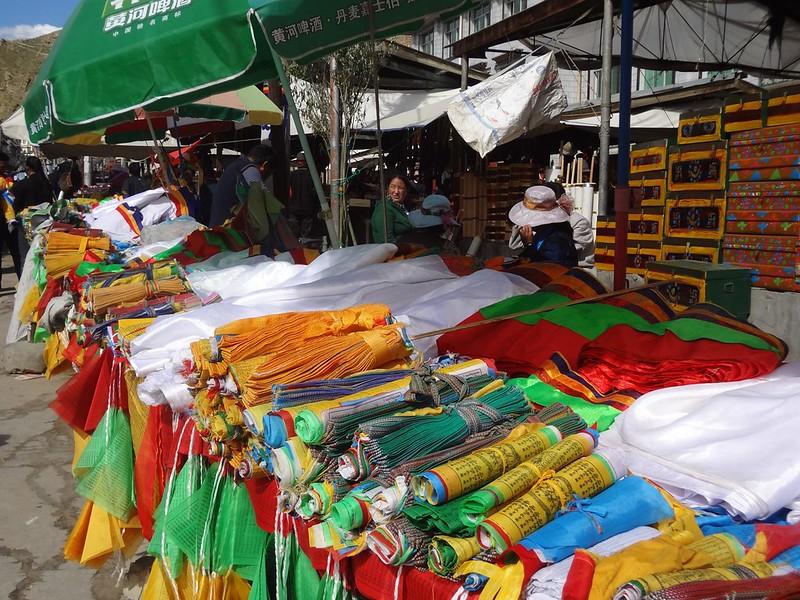 Bandeira de oração budistas no Mercado de Shigatse no Tibete