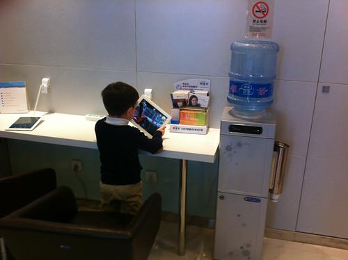 enfant joue avec un iPad