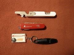 缶きり、十徳ナイフ、笛