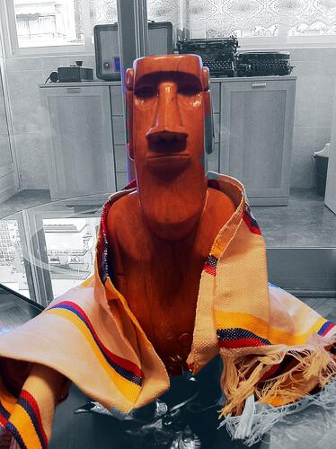 Moái de madera y poncho colombiano