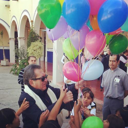 En la Ciudad de los Niños repartiendo globos y regalos a los pequeñines