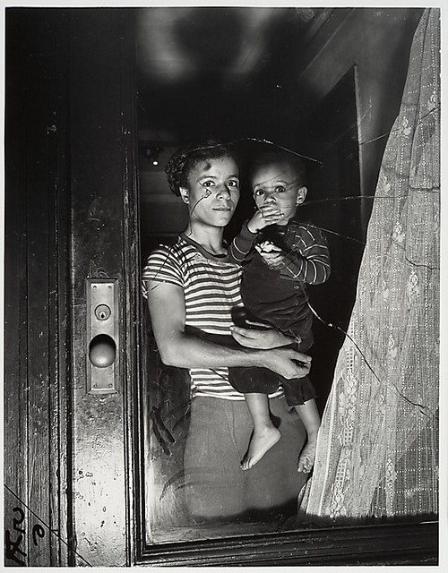 Fellig, Arthur (Weegee) (1899-1968) - 1939 Mother and Child in Harlem