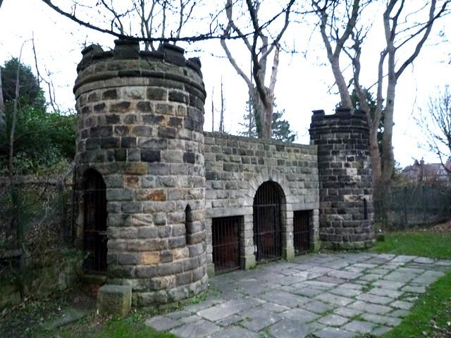 El foso de los osos es todo lo que queda del Zoológico y el Jardín Botánico de Leeds durante la época victoriana, construído en 1840.