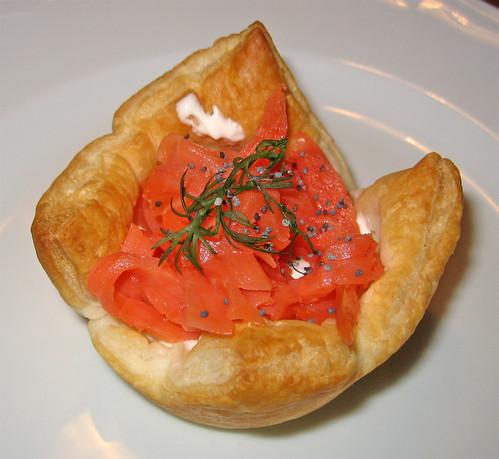 Cestino di sfoglia con crema di formaggi, salmone affumicato, semi di papavero e aneto fresco by fugzu