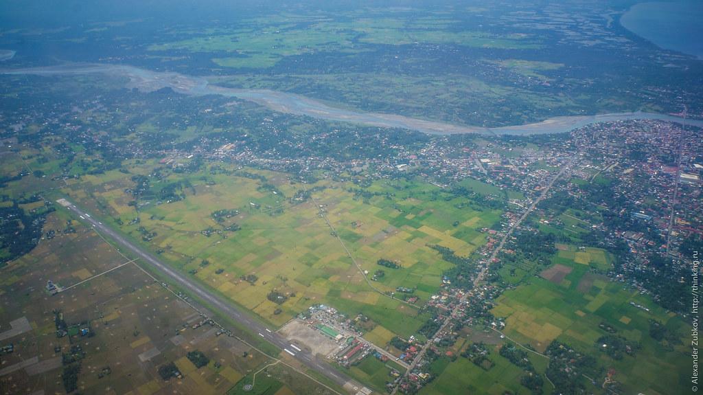 Вид из самолета на аэропорт Калибо на Филиппинах