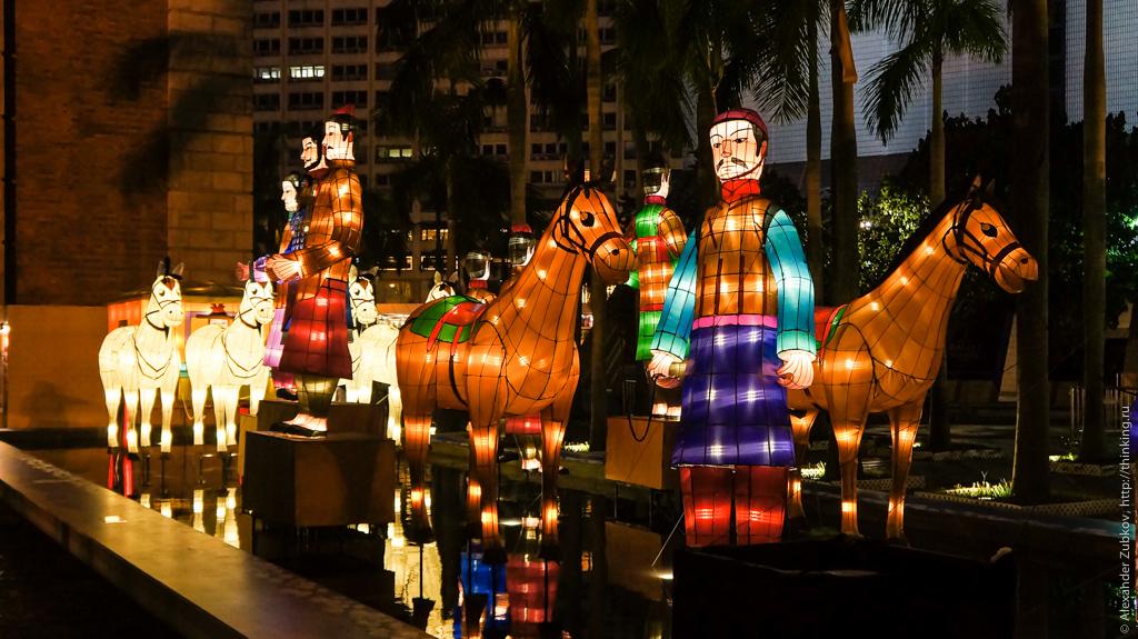 Инсталляция под башей Clock Tower в Гонконге