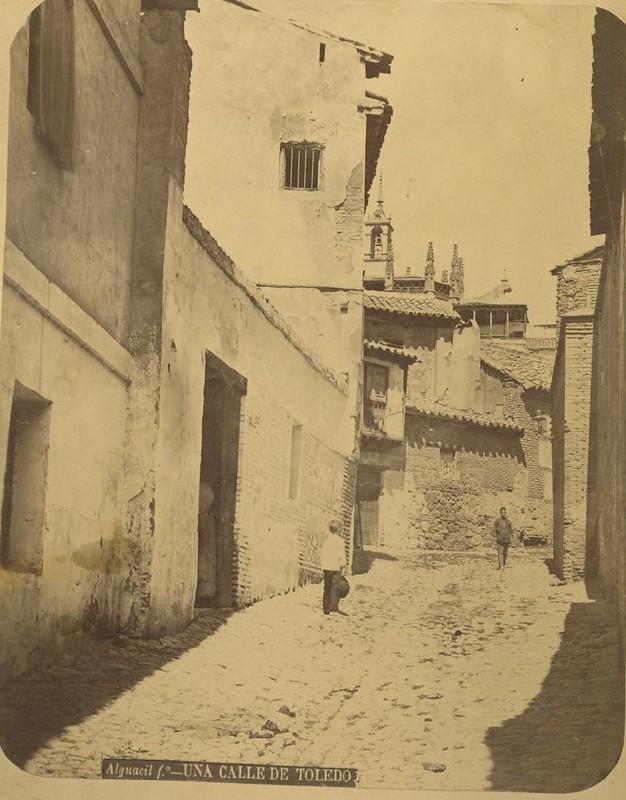 Calle del Sacramento hacia 1875. Fotografía de Casiano Alguacil © Museo del Traje. Centro de Investigación del Patrimonio Etnológico. Ministerio de Educación, Cultura y Deporte
