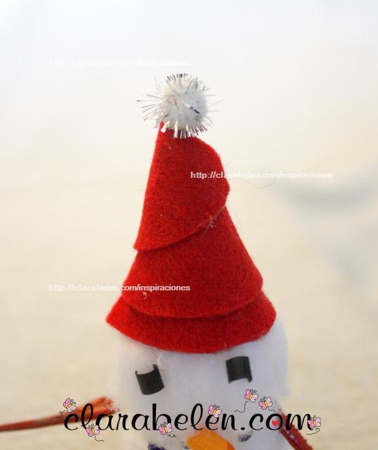 Muñeco de nieve navideño hecho de algodón y pajitas