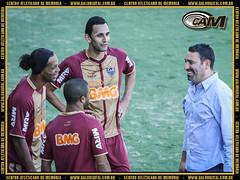 Guilherme conversa com Ronaldinho na Cidade do Galo.