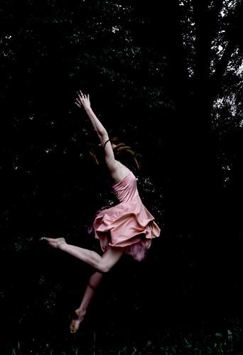 [フリー画像素材] 人物, 女性, ワンピース・ドレス, 跳ぶ・ジャンプ ID:201302041800